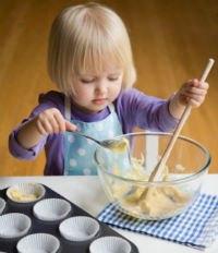 самостоятельный ребенок помогает готовить